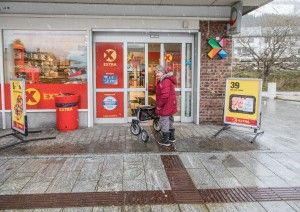 ETTER: Terrenget er hevet og Helen-Britt Pedersen kan gå rett inn på butikken med rullator.