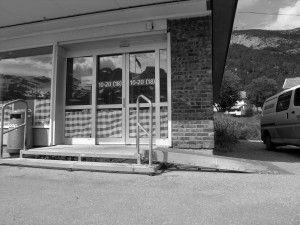 FØR: To trinn opp eller rampe for å komme seg inn på butikken.