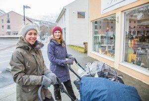 PÅ TRILLETUR: Det er blitt enklere å bruke vogn for Ida Rinnan og Silje Hagen, som jobber i Glomfjord barnehage.
