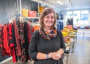 BRA FOR BUSINESSEN: Siv-Janne Barvik driver klesbutikken og er glad kundene hennes nå slipper å risikere helsa på glattisen for å komme seg inn døra.