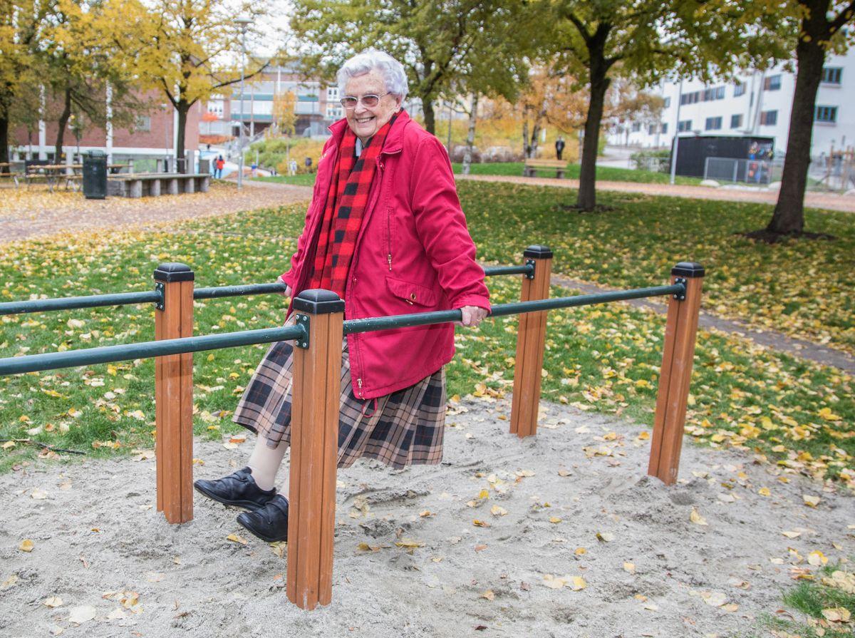 STERK: Null problem for Anne (94) å dingle i treningsapparatet. Den nye parken inviterer til aktivitet for folk i alle aldre.  Parken har også fått nye, store blomsterbed, bygget opp av stein som var der fra før. Bydelens fokus på gjenbruk er gjennomgående i parken.