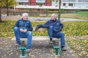 TRÅKKER TIL: Jan Tore Lindskog. og Mads B. Nakkerud tråkker til i parken som inviterer små og store til ulike aktiviteter. - Dette får i gang blodomløpet!Et lite område er avsatt til skøytebane, og en gammel labyrint laget av runde stener, er oppgradert – til glede for nye brukere. Foto: Fredrik Naumann/Felix Features
