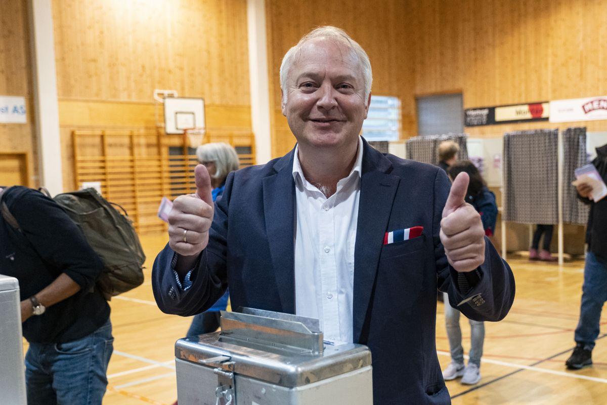 Demokratenes listetopp i Kristiansand, Vidar Kleppe, var optimist da han avla stemme under kommunevalget. Med 12 partier innvalgt i kommunestyret har Demokratene fått en nøkkelrolle i spørsmålet om hvem som skal bli ordfører. Foto: Tor Erik Schrøder / NTB scanpix