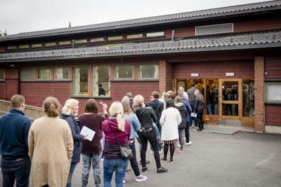 Tiden er moden for å gi 16-åringene stemmerett fra lokalvalget i 2023, mener Kommunal Rapport. Bildet er fra et valglokale i Hobøl ved valget i fjor høst.