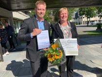 Statssekretær Tommy Skjervold delte ut prisen til ordfører i Nord-Aurdal kommune, Inger Torun Klosbøle. Foto: Ramstad/Statens vegvesen