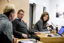 Søgne-ordfører Astrid Hilde (t.h.) mener rådmann Kim Høyer Holum ikke har fulgt opp tidligere kommunestyrevedtak. I nytt vedtak blir rådmannen instruert til å gi 21-åring et annet tilbud. Bildet er fra et kommunestyremøte i 2016. Foto: Magnus K. Bjørke