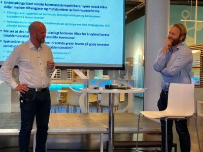 Forskerne Yngve Flo og Bjarte Folkestad la fram resultater fra  forskingsprosjektet som følger kommunereformen på Arendalsuka onsdag. Foto: Jan Inge Krossli
