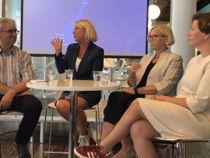 André Skjelstad (V), Monica Mæland (H), Marit Arnstad (Sp) og Helga Pedersen (Ap) deltok i debatt om regionreformen på Arendalsuka onsdag. Foto: Jan Inge Krossli