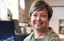Enhetsleder Britt Enny Haugland i Åseral oppmuntrer ufaglærte til å ta fagbrev og sykepleiere til å videreutdanne seg. 93 prosent av de ansatte i kommunens omsorgstjeneste har fagutdanning. Det er langt over snittet. Foto: Camilla Åsland Honnemyr