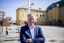 Kommunaldirektør for utdanning i Skedsmo kommune, Arild Hammerhaug, mener nitidig jobbing lønner seg. Her utenfor snart 100 år gamle Volla skole i Lillestrøm sentrum.  Foto: Magnus K. Bjørke