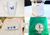Luer, te, kopper og t-skjorter er noen av effektene de nye kommunene bruker for å skape blest om seg selv. Foto: Kommunene