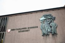 Sør-Varanger kommune risikerer et solid søksmål etter å ha blitt felt i Kofa for bruk av inhabil konsulent. Her ved rådhuset i Kirkenes. Foto: Krister Sørbø / NTB scanpix