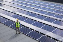 <p>Politikerne kan bruke koronakrisen til å framskynde skiftet til fornybar energi, skriver Jan Inge Krossli. På bildet energi- og enøkingeniør Hallvard Benum på taket til en ungdomsskole i Kongsberg som har solceller på taket.</p>