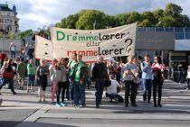 Streikende lærere utenfor Kommunenes Hus i 2014, da det sist var streik i kommunesektoren. Foto: Tone Holmquist