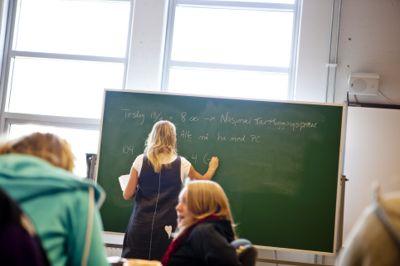 Regjeringen innførte i 2016 krav om at man ha karakteren 4 i den enkleste matematikken fra videregående skole for å komme inn på lærerutdanning. Har man en vanskeligere matte, holder det med bestått.