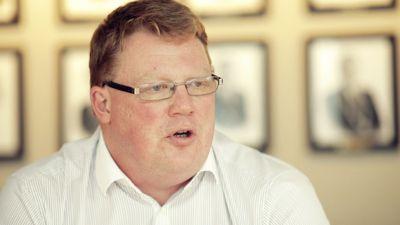Kommunedirektør Hugo Thode Hansen i Harstad kommune hadde lyst på toppjobben i Tromsø, men trakk søknaden etter at han fikk en lønnsøkning på 235.000 kroner i oktober i fjor. Hans årslønn ligger for tiden på 1,4 millioner kroner.