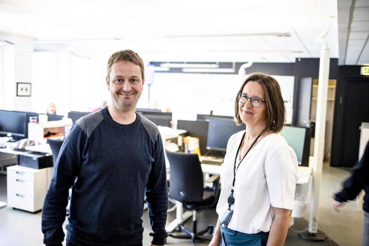 Espen Andersen forlater jobben i NRK, og begynner i Kommunal Rapport. Ansvarlig redaktør, Britt Sofie Hestvik sier hun er veldig glad for rekrutteringen. Foto: Magnus Knutsen Bjørke