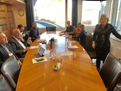 Ordførerne (lengst til venstre) Bjarte S. Dagestad (H) i Forsand og Stanley Wirak (Ap) i Sandnes møtte kommunalminister Monica Mæland (H) om grensejusteringen i januar. Foto: Jan Inge Krossli