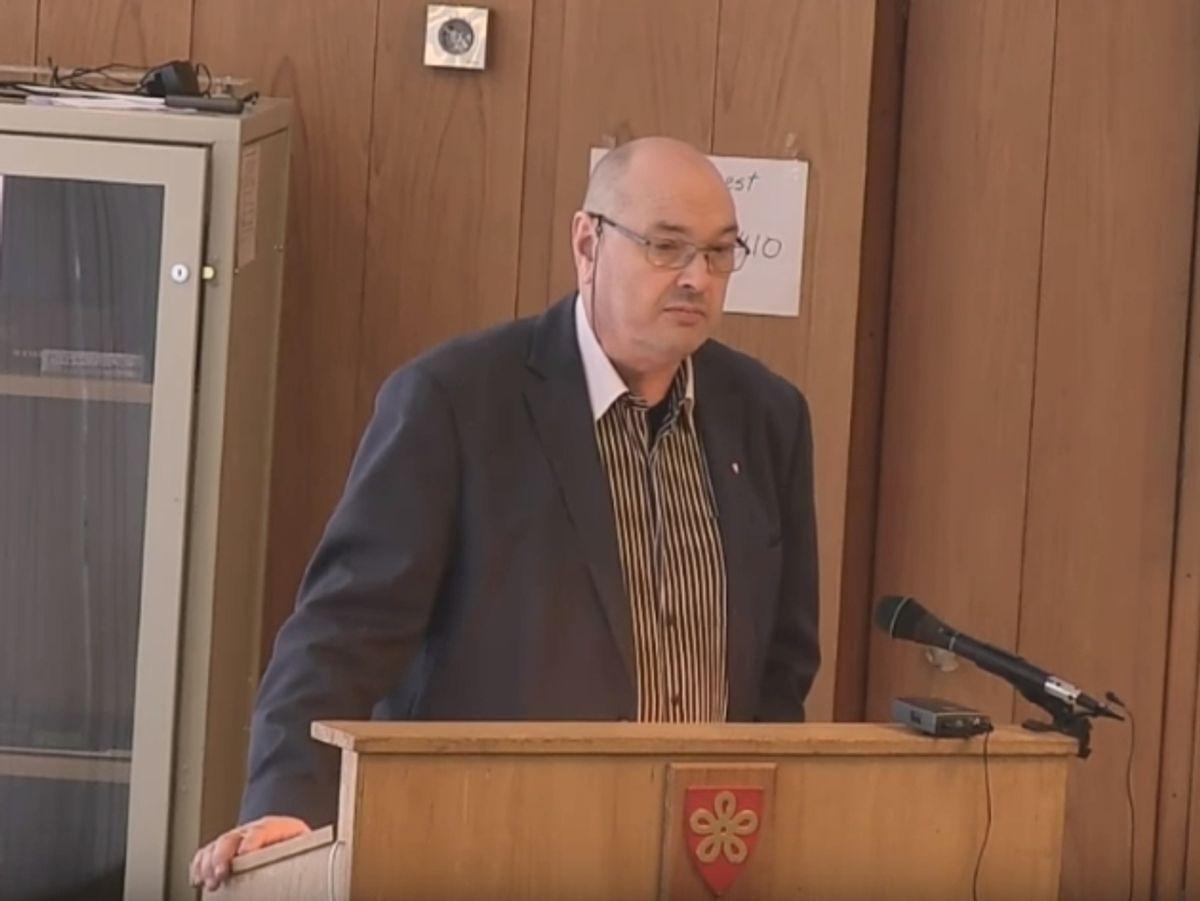 Kjetil Skjeie går av som rådmann i Lødingen med 1 års etterlønn. Skjermdump fra tv-overføring av kommunestyremøtet 28. mars 2019.