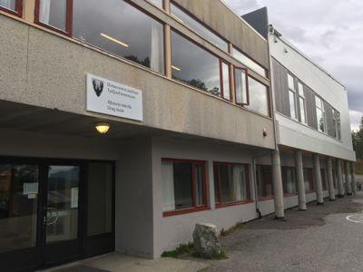 Tysfjord har tre grunnskoler. Drag, som er en 1-10 skole med 118 elever, er en av dem. Skolen har lulesamisk og norsk som førstespråk. Foto: Tysfjord kommune