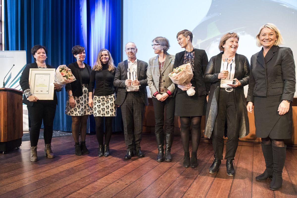 Kommunalminister Monica Mæland (til høyre) sto for utdelingen av klarspråkprisene 2018. Hå komune inntok podiet som prisvinner sammen med Utlendingsnemnda og Connie Slettan Olsen. Foto: Difi
