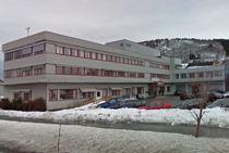 Det er ingen grunn til å juble for driftsresultatet på rådhuset i Elnesvågen, Fræna kommune. Med nullresultat står kommunen foran et krevende år før de slås sammen med Eide. Foto: Google Maps