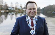 Oppegård-ordfører Thomas Sjøvold (H) iført ordførerkjedet. Ordførerkjedet blir med inn i den nye kommunen, Nordre Follo. Foto: Oppegård kommune