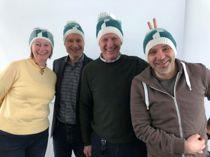 Den nye Sunnfjord-lua er laget med utgangspunkt i det nye kommunevåpenet. Her er fra venstre: Torill Anita Segtnan (designer og produsent), Olve Grotle (leder av fellesnemnda), Ole John Østenstad (kommunedirektør), Øystein Høyvik (prosjektkoordinator).