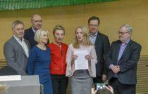 Et flertall av de ansatte i offentlig sektor sier ja til ny avtale om offentlig tjenestepensjon, som partene kom til enighet om i mars. Fra v.: Erik Kollerud (YS) Anders Kvam (Akademikerne Stat) Ragnhild Lied (Unio) Peggy Hessen Følsvik (LO), arbeids- og sosialminister Anniken Hauglie (H), Lasse Hansen (KS) og Stein Gjerding (Spekter). Foto: Terje Bendiksby / NTB scanpix