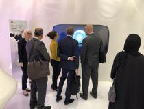 Prosjektleder Ingrid Blichfeldt (til v.) og Karina Bjørnbakk (gul jakke) på Asker velferdslabs stand på World Government Summit i Dubai. Foto: World Government Summit