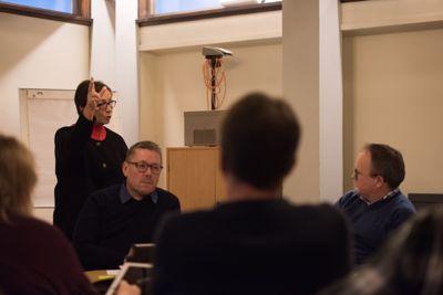 Bjørn Wikasteen (lengst til høyre) i K-sekretariatet innstiller på at kontrollutvalget i Lenvik avklarer om tidligere rådmann Margrethe Hagerupsen (til v.) og administrasjonen har brutt straffelovgivningen. Arkivfoto: Lisa Rypeng