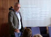 I oktober orienterte Helge Moen kontrollutvalget i Grimstad om sin rolle i som varsler i helsekjøpsaken. Foto: Skjermbilde fra video fra møtet