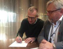 Daglig leder i ROR-IKT, Fred Gjørtz, under signeringen av Evry-avtalen i oktober i fjor. Her sammen med styreleder i ROR-IKT, Molde-rådmann Arne Sverre Dahl. Nå er avtalen hevet. Foto: ROR-IKT