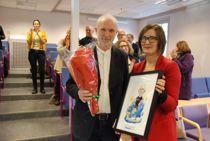 Spesialrådgiver Ragnar Holvik fikk Sven Tveits tegning av seg selv som bevis på at han er Årets modigste i Kommune-Norge i 2017. Foto: Jan Inge Krossli