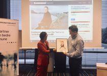 Sjefredaktør Britt Sofie Hestvik i Kommunal Rapport overrakte pris til rådmann Andreas Chr. Nørve i Vanylven. Foto: Tone Holmquist