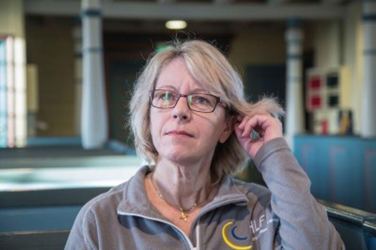 Med teleslynge kan hørselshemmede Mildrid Espeland høre prekenen i Time Kyrkje.