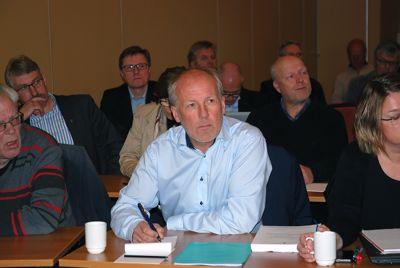 Åge Sandsengen (midten) har vært konstituert kommunedirektør i Nord-Aurdal siden 1. oktober. Nå ønsker han fast opprykk. Bildet er tatt ved en tidligere anledning, mens Sandsengen ennå var revisjonssjef i Kommunerevisjon IKS.