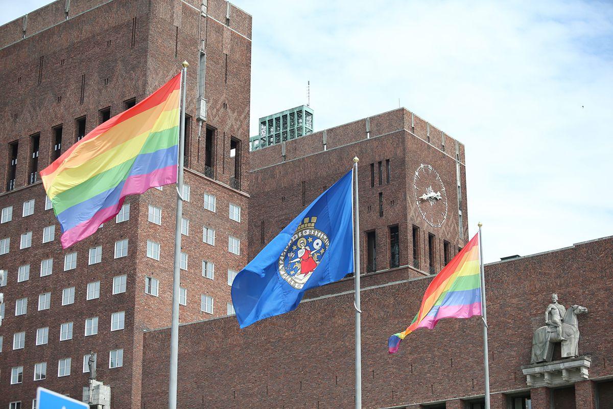 I Oslo regnbueflagget heist på Rådhusplassen i anledning Oslo Pride i fjor.