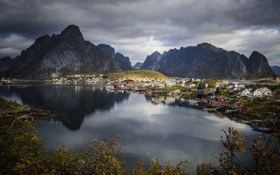 Moskenes kommune i Lofoten bruker størst andel av brutto driftsinntekter på kjøp fra private. Her fra Reine i Moskenes.