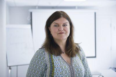 Advokat Birthe Eriksen representerer læreren som har sendt prosessvarsel mot Vestfold og Telemark fylkeskommune. Eriksen har doktorgrad i varsling.