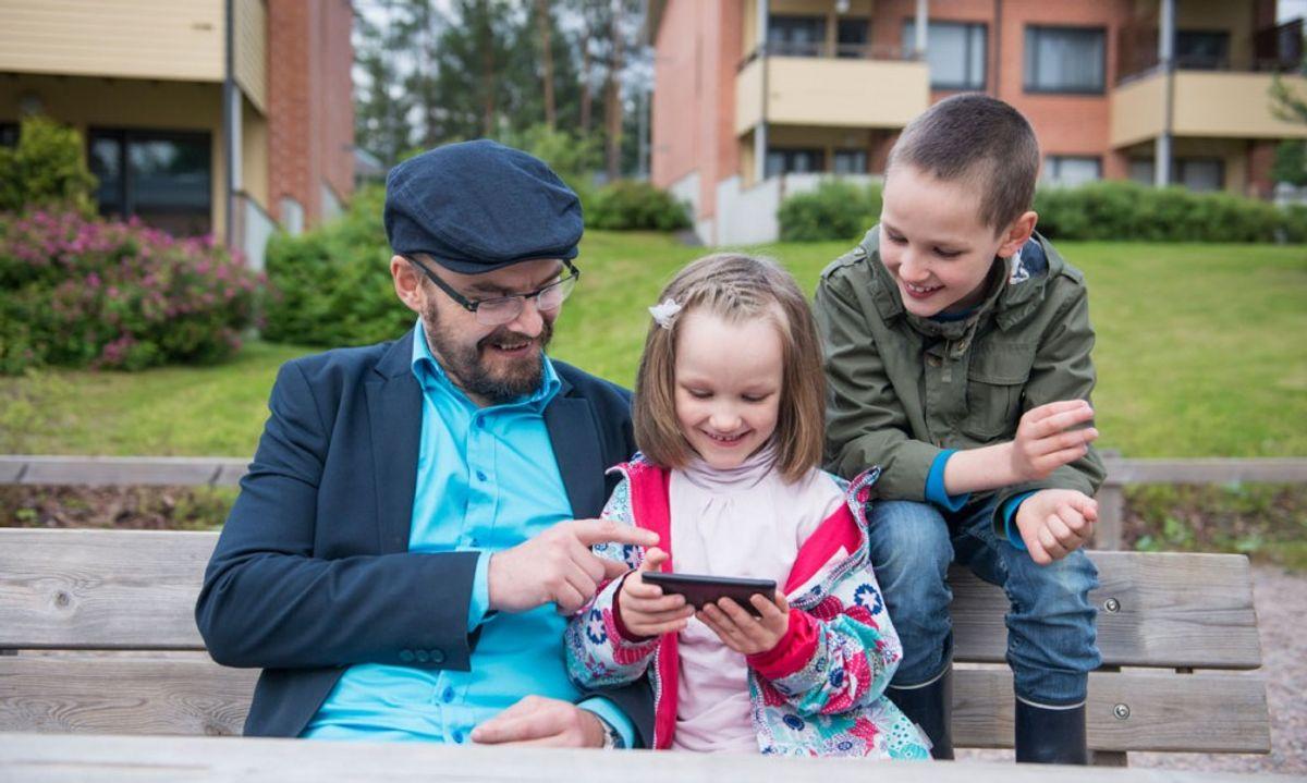 – Vi plukker i gjennomsnitt opp mobilen 1500 ganger i uken. Hvor mange av kommunens tjenester finner de der? Møt innbyggerne der de er, sier Stein C. Tømmer. Foto: Getty