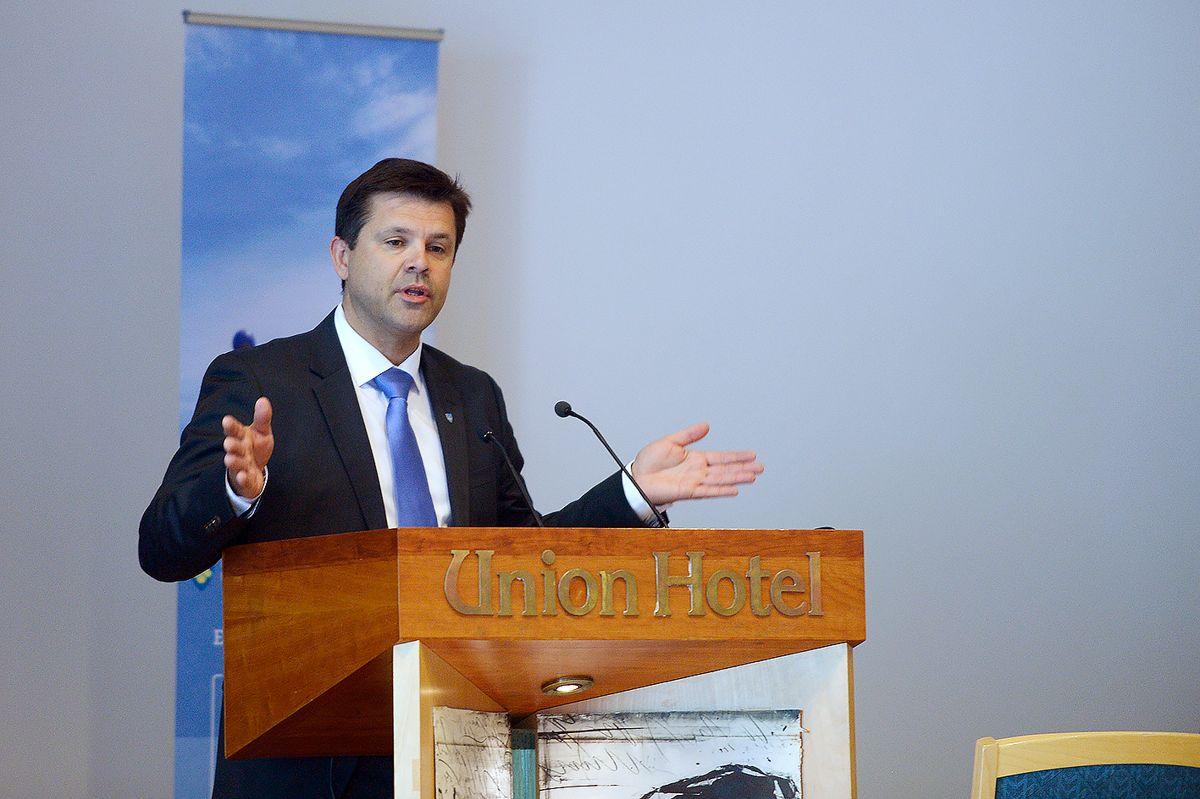 Frank Sve (Frp), her på talerstolen under et fylkestingsmøte i Møre og Romsdal, er klar for Stortinget.