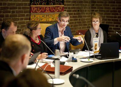 Fellesnemndene bør få utvidet sine fullmakter til å styre den nye kommunen, mener kommuneledere i ny undersøkelse. Her leder Sandefjord-ordfører Bjørn Ole Gleditsch (H) et møte i fellesnemnda for nye Sandefjord.