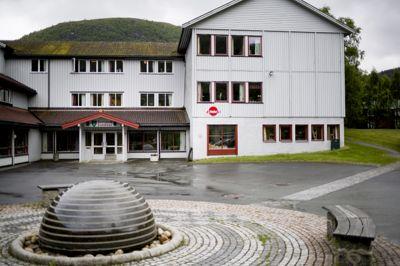 Hemne, Halsa og Snillfjord ble til Heim kommune fra 1. januar 2020 av. På bildet vises det tidligere kommunehuset i Snillfjord. Kommunen ble delt i tre og endte opp i Heim, Hitra og Orkland.