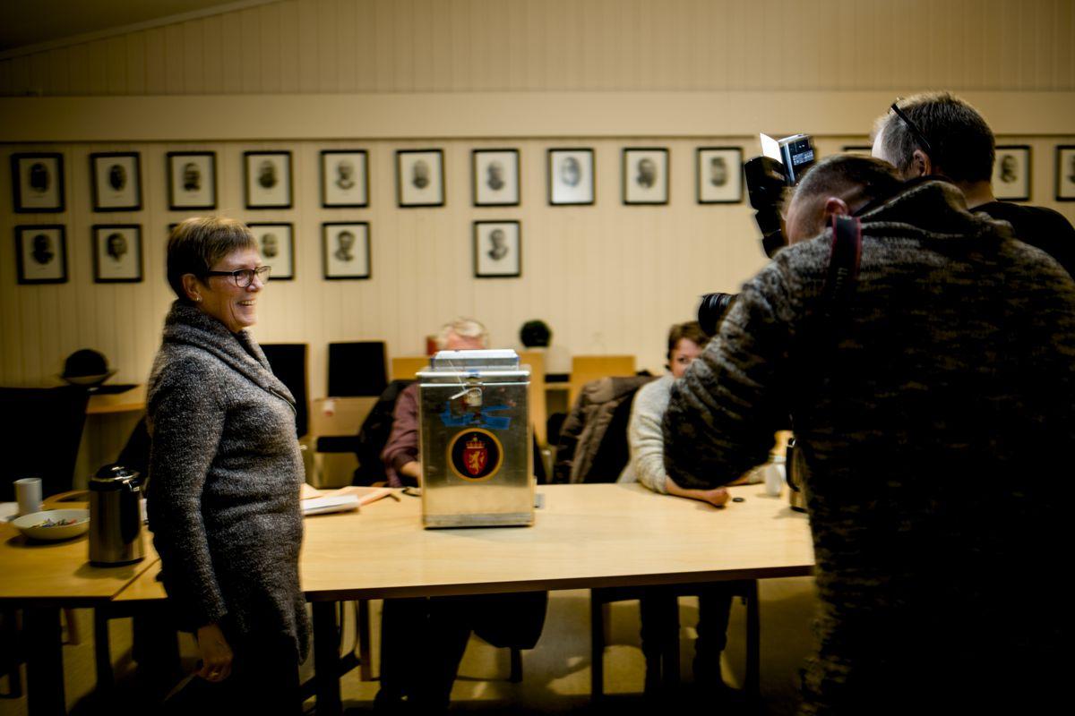 Audnedal-ordfører Reidun Bakken (KrF) fikk i går flertall i kommunestyret for å slå seg sammen med Lyngdal. Her fra folkeavstemningen 15. februar. Foto: Magnus Knutsen Bjørke