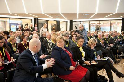 KS-Agenda AS drifter Nationaltheatret konferansesenter, som brukes til møterom og konferanser også på oppdrag fra KS. Her er tidligere justisminister Anders Anundsen (Frp) og statsminister Erna Solberg (H) på en konferanse om radikalisering i Kommunenes Hus.