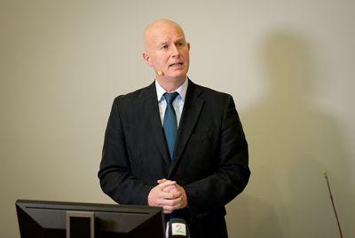 Helsedirektør Bjørn Guldvog støtter forslaget om å gi lovhjemmel for portforbud.