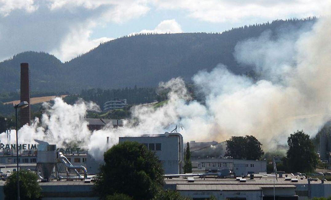 Det brenner i papirlageret til Peterson Packaging på Ranheim utenfor Trondheim. Eksplosjonsfare gjør at brannvesenet vurderer evakuering av området rundt lageret. Foto: Joakim Halvorsen / NTB scanpix