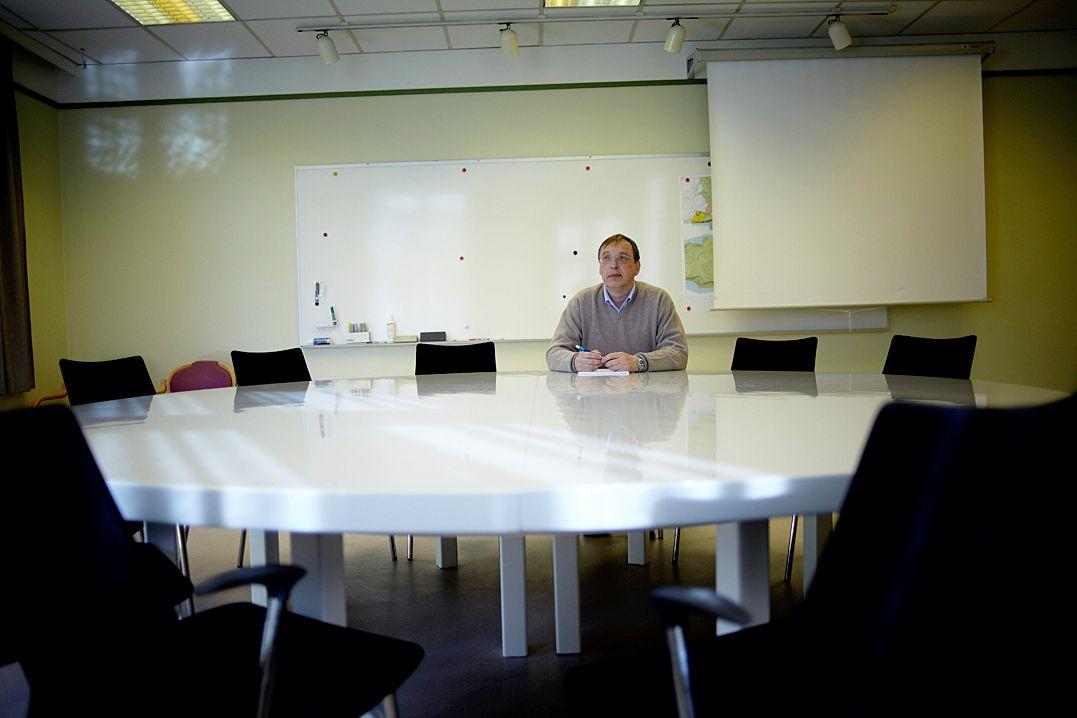 Byggesaksleder Asbjørn Montelius fotografert på sitt kontor høsten 2010, da han nektet å kommentere kritikken som ble reist mot ham i Kommunal Rapports papirutgave. Nå varsler han søksmål mot sin egen arbeidsgiver. Arkivfoto: Eivind H. Natvig