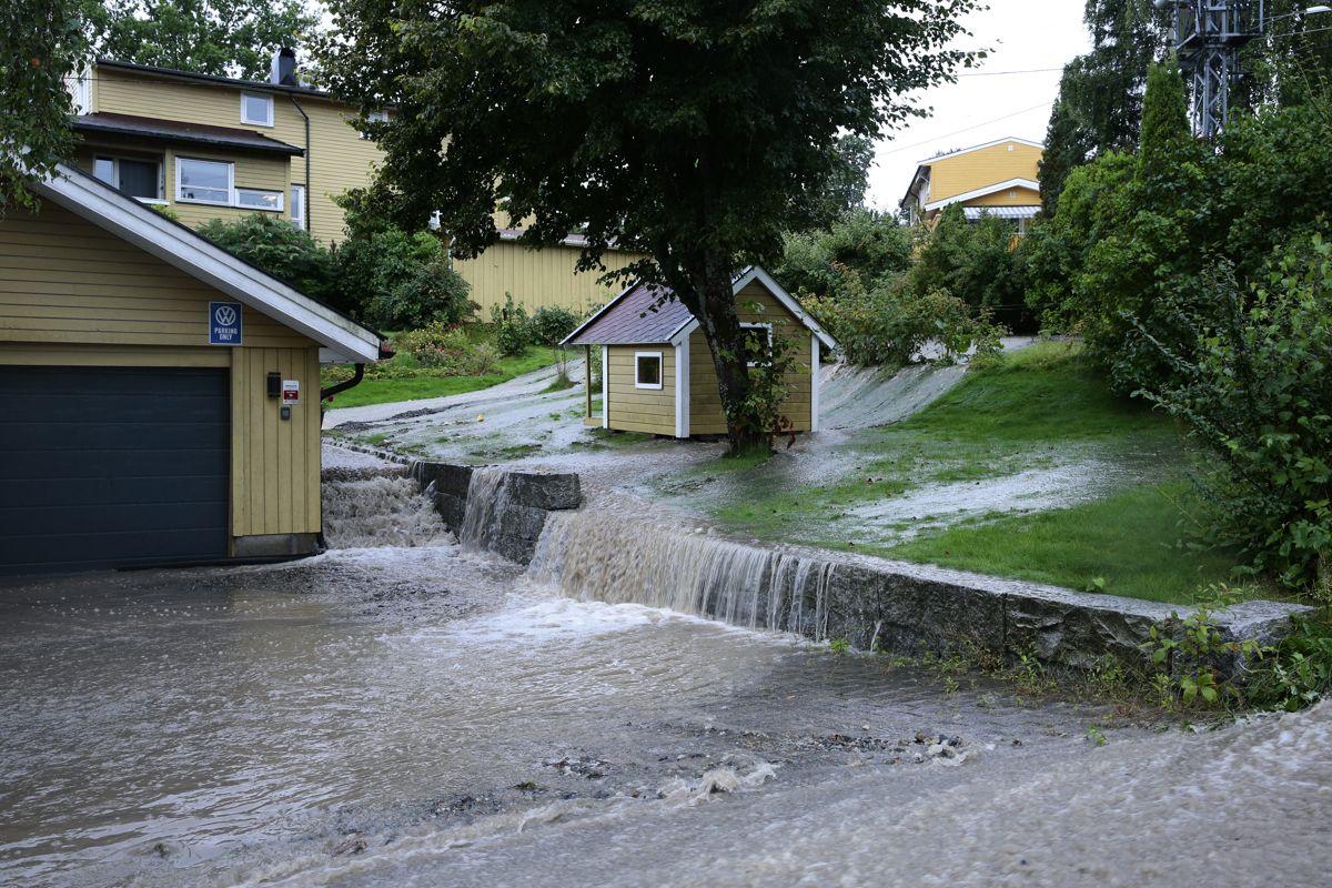 Store nedbørsmengder på Østlandet lørdag har ført til skader for over 100 millioner kroner. Foto: Krister Sørbø / NTB scanpix